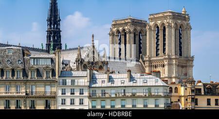 Notre Dame de Paris Torres y espira en la Ile de la Cite, temprano en la mañana Summer Light, París, Francia