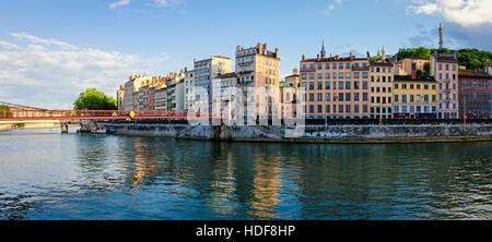 Lyon viejos edificios a orillas del río Saone al atardecer