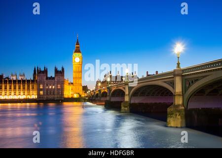 Big Ben Torre del Reloj y la casa del Parlamento en la ciudad de Westminster, Londres, Inglaterra Foto de stock