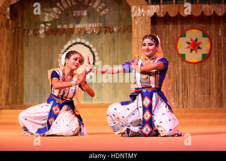 Bailarines tradicionales de Assam realizar Sattriya danza. Festival tribal en Ajmer, Rajasthan, India