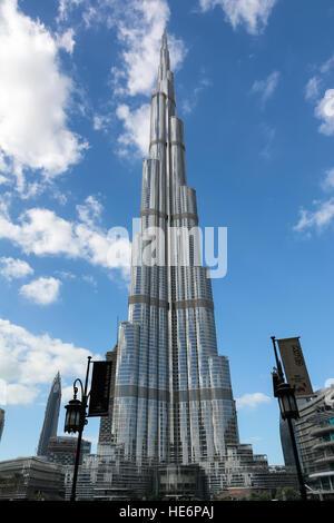 DUBAI, EMIRATOS ÁRABES UNIDOS - Diciembre 10, 2016: Vista del Burj Khalifa, la torre más alta estructura hecha por Foto de stock