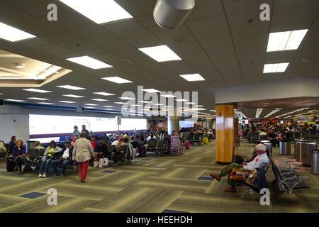 Los pasajeros en espera de sus vuelos dentro de la terminal en el aeropuerto de Miami, Florida, EE.UU.