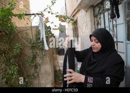 Jordana de Zarqa colgando ropa. Foto de stock