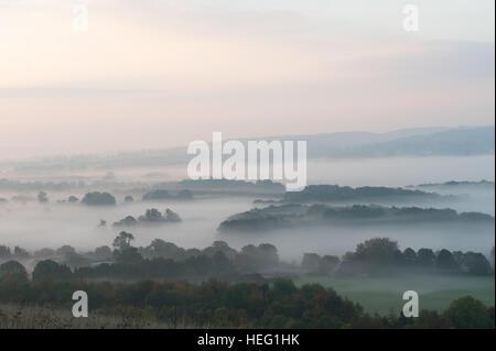 Amanecer amanecer sobre Northdowns valle mirando hacia el bosque de neblina Mereworth Charing Hills está quemado por el sol naciente otoño