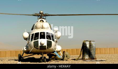 El Sgt. Primera Clase David Moore, 4º Batallón, 23º Regimiento de Infantería, asiste a un piloto de helicóptero civil en conectar un cable de remolque a un helicóptero High-Cat en base de operaciones de avanzada, Lobezno Shinkay, distrito de la provincia de Zabul, Afganistán. El helicóptero civil remolca el palet de agua dulce del noreste al llavero Varner, y desde allí a combatir Outpost Crazyhorse, Shajoy Distrito. Las operaciones de carga de eslinga de fob en Wolverine, en el sur de Afganistán 212586
