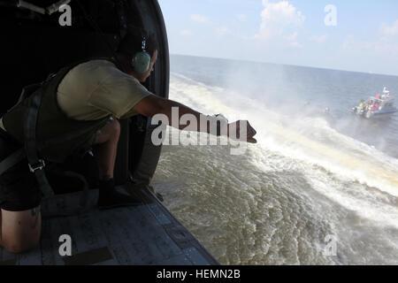 El Sargento del Ejército de Estados Unidos. Sergio Rangel, jefe de salto, asignado a la Cámara de combate 982nd Company (Airborne), East Point, Georgia, usa un GoPro atado a su brazo derecho en la formación del documento mientras está sentado dentro de un UH-60 Black Hawk helocast durante las operaciones en la Bahía de Tampa, Florida, 27 de julio de 2013. Soldados con cámara de combate 982nd Company (Airborne) stand by en barcos para recuperar compañeros soldados fuera del agua. (Ee.Uu. Foto del ejército por el SPC. Tracy McKithern/liberado) operaciones Helocast 130727-A-LC197-680