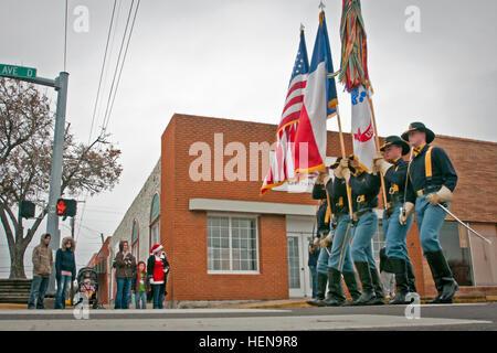 La 1ª División de Caballería Colour Guard marchas hacia abajo Avenue D en Copperas Cove durante el desfile infantil Foto de stock