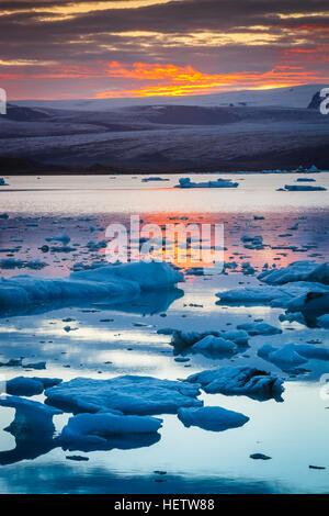 Lago glacial al atardecer. Foto de stock