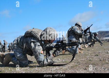 Soldados de la Guardia Nacional del Ejército de California a partir de la 235ª compañía de ingenieros, 579ª Batallón de Ingenieros a prepararse para una tormenta simulada posición enemiga durante un ejercicio de entrenamiento con Task Force Warrior en el campamento de Roberts, California, 7 de febrero de 2013. Máxima eficacia en combate sólo puede lograrse a través de la repetición constante, la construcción de la memoria muscular para todos los involucrados. (Foto de la Guardia Nacional del Ejército/Sgt. Ian M. Kummer/liberado) Ingenieros de California Guard construir sus habilidades antes de la implementación 130207-Z-JK353-002 Foto de stock