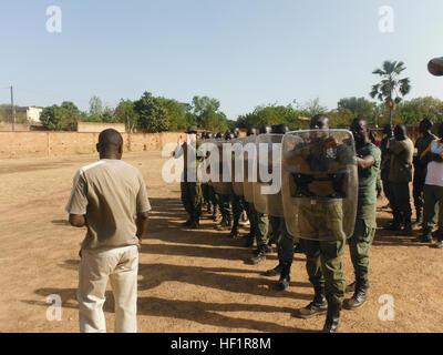 La práctica del Movimiento Burkinabé de gendarmería en formaciones antidisturbios durante un entrenamiento con los Foto de stock