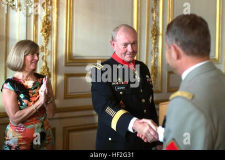 Ejército de EE.UU. Gen. Martin E. Dempsey, centro, el presidente de la Junta de jefes de personal, ha sido galardonada con la Legión de Honor por su homólogo francés, Gen. Pierre de Villiers, durante una visita a París el 18 de septiembre de 2014. La Orden nacional de la Legión de Honor es una orden francesa creada por Napoleón Bonaparte en 1802 y es la más alta condecoración en Francia. (DoD foto por D. Myles Cullen/liberado) CJCS VISITA FRANCIA 140918-D-VO565-060 Foto de stock