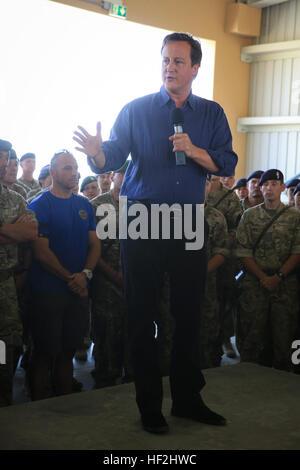 El Primer Ministro del Reino Unido, David Cameron, habla a las tropas británicas a bordo de Camp Bastion, provincia de Helmand, Afganistán, 3 de octubre de 2014. Cameron habló con tropas británicas y se reunió con la Fuerza Internacional de Asistencia para la Seguridad y líderes del Ejército Nacional afgano encargado de la región. (Oficial del Cuerpo de Marines de EE.UU foto por CPL. Darién J. Bjorndal, Brigada Expedicionaria de la Marina/ Afganistán liberado) El Primer Ministro del Reino Unido, visitas tropas en Helmand 141003-M-MF313-114