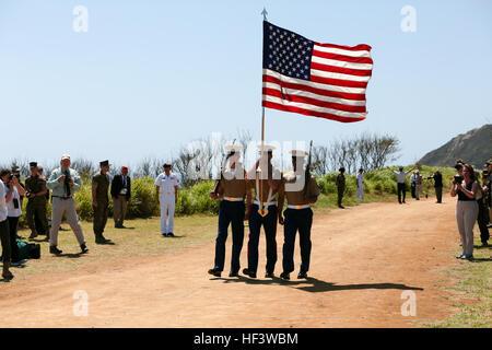 El color del Cuerpo de Marina de los EE.UU. marchas por la guardia de los colores durante la 71ª Reunión de Honor Foto de stock