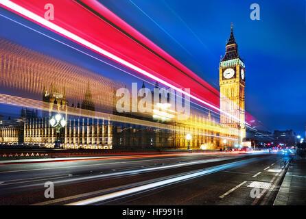El Big Ben, uno de los símbolos más destacados de Londres y de Inglaterra, como se muestra en la noche junto con Foto de stock