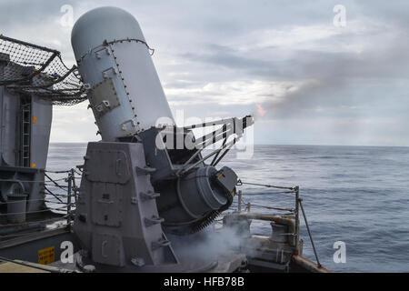 Cerrar el sistema de armas de fuego 20mm rondas durante detectar a emprender ejercicios a bordo del buque de asalto Foto de stock