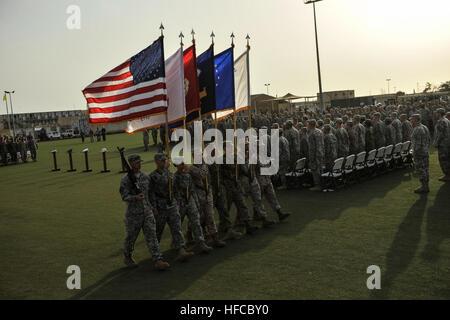 140526-N-LE393-158 CAMP LEMONNIER, Djibouti (26 de mayo de 2014) un color guard marchas fuera del campo tras una Foto de stock