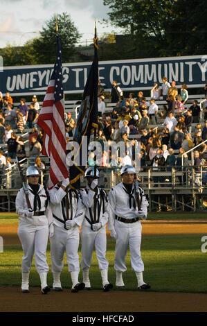 La estación Naval Everett Colour Guard team marchas off Everett Memorial Stadium campo de béisbol en la conclusión Foto de stock