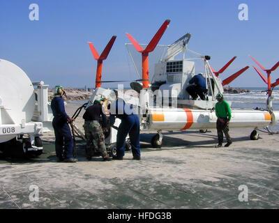 020215-N-5745B-002 Mustang Island State Park, TX (Feb. 15, 2002) -- El personal de mantenimiento de helicópteros escuadrón contramedida Mina Uno cinco (HM-15) prepare un MK-105 desminado sled para operaciones de remolque en las aguas del Golfo de México. Un MH-53 E ÒSea DragonÓ helicóptero va a remolcar el trineo con 450 metros de cable a través de campos de minas simulados. Un motor de turbina de gas en el trineo genera energía eléctrica y lo envía a los cables conectados al trineo. Los cables pueden simular el magnético o firma acústica de un buque, causando la detonación de minas en el mar. Navy photo by Teniente Marc