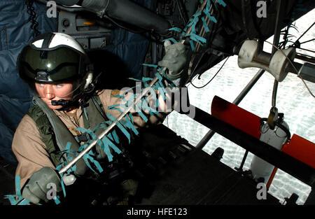 040618-N-7586B-010 Bahrein (Jun. 19, 2004) - Aviation Electronics Technician Cassie Gibson saca el cable de remolque de un/AQS-14 Unidad sumergible de detección de minas desde la rampa de un dragón marino MH-53 helicóptero asignado al 'Blackhawks' de Mina escuadrón de helicópteros contramedidas uno cinco (HM-15) durante la remoción de misiones de caza como parte de un ejercicio bilateral en la quinta flota teatro. El ejercicio probado un número o zonas de guerra, comprenden la remoción de contrarrestar las medidas anti-aire, superficie y submarinos, electrónicos y de desactivación de artefactos explosivos. Navy photo by Mate del fotógrafo de primera clase, Bart A. Bau