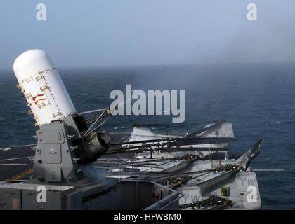 080806-N-2600H-008 Norte del Mar Arábigo (Ago. 6, 2008) Un Phalanx CIWS Close-In (Sistema de Armas) incendios 20mm Foto de stock