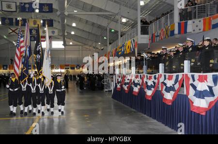 101112-N-8848T-516 Great Lakes, Illinois (Nov. 12, 2010) un recluta de la Marina colour guard marchas pasado el Foto de stock