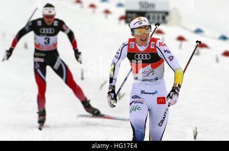 Oberstdorf, Alemania. 04 ene, 2017. Stina Nilsson de Suecia aplausos tras su victoria en la carrera de persecución de mujeres durante la FIS Tour de Ski en Oberstdorf, Alemania, 04 de enero de 2017. El Tour de Ski está teniendo lugar el 03 y 04 de enero de 2017 en Oberstdorf. Foto: Karl-Josef Hildenbrand/dpa/Alamy Live News Foto de stock