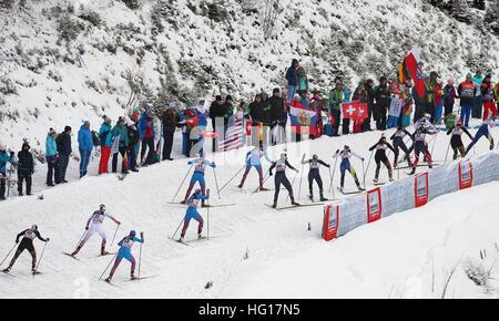 Oberstdorf, Alemania. 04 ene, 2017. Los esquiadores de esquí en la carrera de persecución de mujeres durante la FIS Tour de Ski en Oberstdorf, Alemania, 04 de enero de 2017. El Tour de Ski está teniendo lugar el 03 y 04 de enero de 2017 en Oberstdorf. Foto: Karl-Josef Hildenbrand/dpa/Alamy Live News Foto de stock