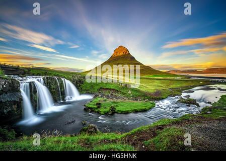 Verano atardecer en la famosa montaña Kirkjufell Kirkjufellsfoss cascada con en el fondo en Islandia. Foto de stock