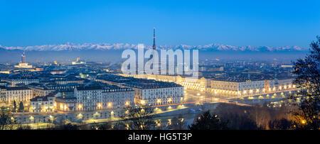 Panorámica de alta definición de Turín en el Blue Hour con la Mole Antonelliana y las nevadas de Los Alpes al fondo
