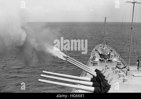 USS Boston's triple torreta dispara contra objetivos de Vietnam del Norte, Operación dragón marino, 1968. Foto de stock