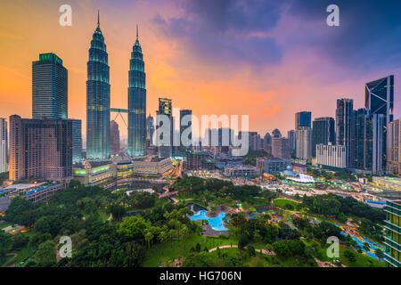 Kuala Lumpur, Malasia skyline al atardecer sobre el parque.