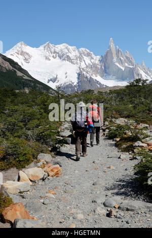 Los caminantes en el sendero a la Laguna Torre con vistas del Cerro Torre, El Chalten, Patagonia Argentina, Sudamérica