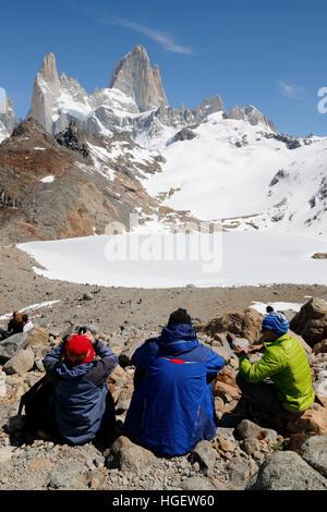 Los excursionistas por encima de la Laguna de los Tres, con vista del Monte Fitz Roy, El Chalten, Patagonia Argentina, Sudamérica Foto de stock