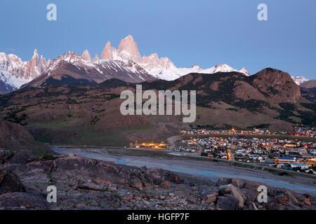 Vista sobre el Monte Fitz Roy y el Cerro Torre con la localidad de El Chaltén, El Chalten, Patagonia Argentina, Sudamérica Foto de stock
