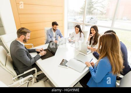 Jóvenes empresarios tener reunión en oficina moderna