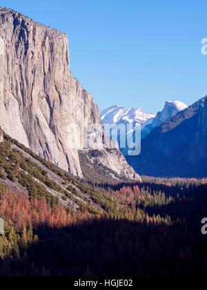 El Capitan, Half Dome y el valle de Yosemite visto desde vista de túnel en un brillante día de invierno en diciembre de 2016