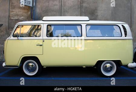 Furgoneta Volkswagen amarillo