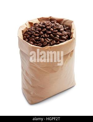 Los granos de café en bolsa de papel aislado en blanco