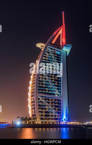 Vista de noche de Burj Al Arab, hotel de lujo, Dubai, Emiratos Árabes Unidos. Foto de stock
