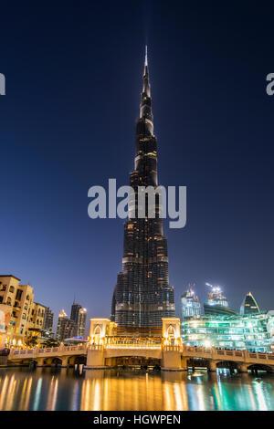 Vista nocturna de Burj Khalifa, Dubai, Emiratos Árabes Unidos. Foto de stock