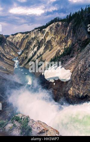 Lower Fall River y visto desde el punto de los artistas, Grand Canyon en Yellowstone