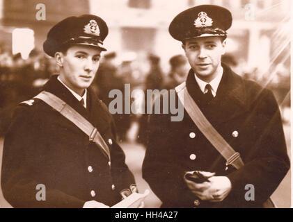 Guardiamarina Robert W Don de HMS Exeter y Archibald Cameron de HMS Exeter recibió DSC por heroísmo en el Graf Spee acción pic