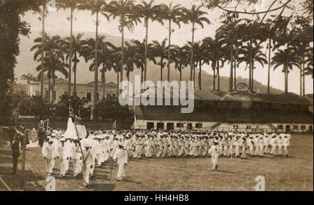 Personal de la Marina Real de los buques de guerra HMS Hood y HMS Repulse en el FCI (Clube de Regatas do Flamengo) estadio en el barrio Flamengo de Río de Janeiro, Brasil. Ellos estaban allí para los Juegos Olímpicos de buena voluntad, de septiembre de 1922.