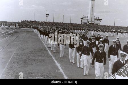 2º. Juegos Maccabiah Aliá (Juegos Olímpicos), Tel Aviv, 2-10 de abril de 1935. Los atletas que toman parte en el desfile de la ceremonia de apertura el 2 de abril. En total, 28 países participaron en los juegos. Los juegos fueron un camino para el pueblo judío en algunos países europeos para escapar N