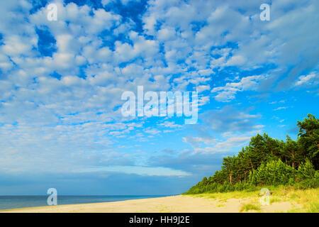 Cloudscape con estratocúmulos la formación de nubes en el cielo a lo largo de la playa en el mar Báltico. Stegna, Pomerania, norte de Polonia.