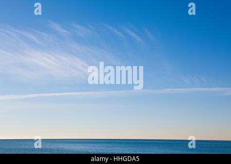 Nubes en el cielo azul de aguas tranquilas