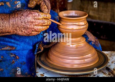 Un alfarero hace vasijas de arcilla en el casco antiguo de San Diego, California.