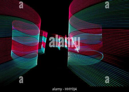 Línea abstracta de luz LED en el fondo negro.