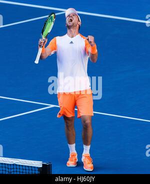 Mischa Zverev de Alemania se apodera de número uno mundial, Andy Murray durante el 2017 Abierto de Australia de Foto de stock