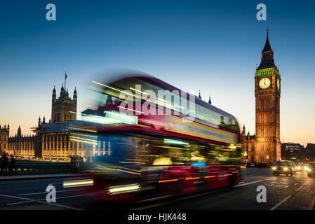 Vista nocturna en autobús londinense, double decker y big ben Foto de stock